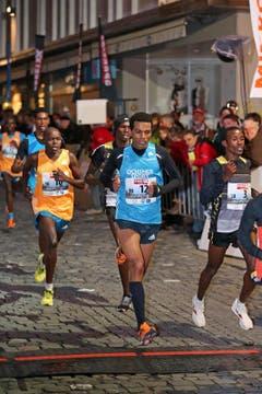 Tadesse Abraham (mitte) beim Elite Rennen der Männer (Bild: Philipp Schmidli / Neue LZ)