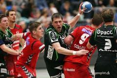 Kriens Boris Stankovic (mitte) gegen Berns Thomas Heer (links) und Martin Prachar (rechts) (Bild: Philipp Schmidli / Neue LZ)