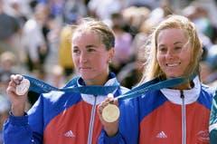 Brigitte McMahon (rechts), Gold im Triathlon sowie Magali Messmer, Bronze im Triathlon, 2000 in Sydney. (Bild: Keystone / Fabrice Coffrini)