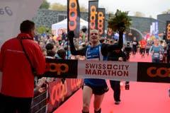 Strfan Trummer läuft ein. Er ist Sieger des Marathons und zugleich Schweizer Meister. (Bild: Dominik Wunderli/LZ)