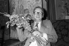 Der Schweizer Schauspieler Walter Roderer erhält 1977 nach der 50. Aufführung des Theaterstücks «Der Junggeselle» Blumen. (Bild: Keystone)