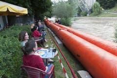 Die Feuerwehr hat entlang der Aare Hochwassersperren aufgezogen. (Bild: Keystone)