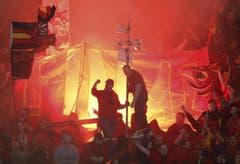 Berner Chaoten zünden Pyros im Stadion. (Bild: Keystone)
