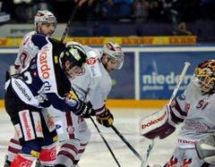 Matthias Rossi vom EV Zug, gegen Genf Goalie Tobias Stephan (Bild: Keystone)