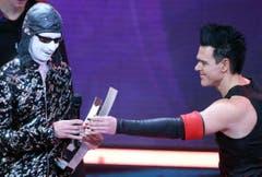 Rammstein-Sänger Till Lindemann, links, nimmt den Echo entgegen. (Bild: Keystone)