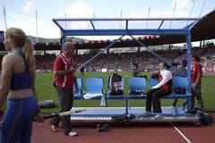 Stabhochspringerin Nicole Büchler wartet im Letzigrund-Stadion auf ihren Einsatz, links Patrick Magyar, CEO der Leichtathletik-EM. (Bild: Keystone)