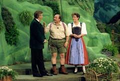 """Beim """"Grandprix der Volksmusik"""" 1992 moderierte Karl Moik zusammen mit dem Schweizer Sepp Trütsch und der Deutschen Carolin Reiber. (Bild: Keystone)"""