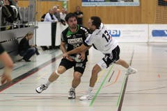 Gossaus Oliver Schoof (rechts) versucht gegen Kriens' Marko Vukelic den Ball zu erobern. (Bild: Roger Zbinden/Neue LZ)