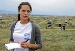 Angelina Jolie bei einem Besuch im Bella Flüchtlingscamp in Ingushetia, nahe der Grenze zu Tschetschenien. (Bild: Keystone)