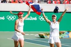 Die Russinnen Ekaterina Makarova (links) und Elena Vesnina feiern ihre Goldmedaille. (Bild: EPA / Michael Reynolds)