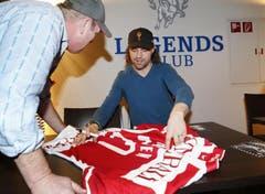 Josh Holden erfüllt im Legends Club in der Bossard-Arena Autogramm-Wünsche. (Bild: Stefan Kaiser / Neue ZZ)