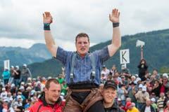 Der Innerschweizer Joel Wicki wird als Sieger gefeiert, nach dem Schlussgang am Schwing- und Älplerfest Schwarzsee in Plaffeien FR. (Bild: kEYSTONE / ALESSANDRO DELLA VALLE)