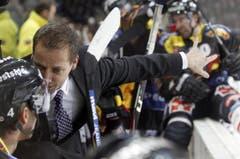 Der Berner Trainer Antti Toermaenen gibt seinem Spieler Dominic Meier Anweisungen.