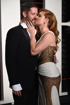 """Amy Adams (""""Wie ein einziger Tag"""") küsst ihren frisch angetrauten Ehegatten Darren Le Gallo. (Bild: Keystone/Evan Agostini)"""