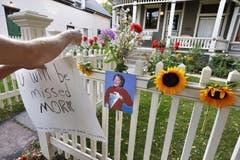 Blumen vor dem Haus in Boulder, Colorado, in dem Robin Williams «Mork vom Ork» gespielt hatte. (Bild: Keystone)