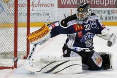 Der Zuger Goalie Jussi Markkanen hält einen Schuss. (Bild: Keystone)