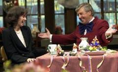 """Karl Moik im März 2000 mit der damaligen Basler Regierungsrätin Barbara Schneider bei der Hauptprobe zum """"Musikantenstadl"""". (Bild: Keystone)"""