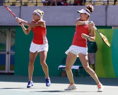 Timea Bacsinszky (links) und Martina Hingis in Aktion im Tennis-Doppel-Final. (Bild: AP Photo/Charles Krupa)
