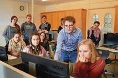 Der Urner Journalist Florian Arnold, Initiant des Projektes PodClass, erklärt Schülerinnen und Schülern der 1. Klasse der Fachmittelschule (FMS) und den Lehrerinnen, wie man einen Podcast selber produziert. (Bild: Silvia Camenzind)