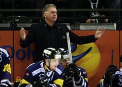 Zug-Trainer Doug Shedden hadert mit einer Schiedsrichterentscheidung. (Bild: Keystone)