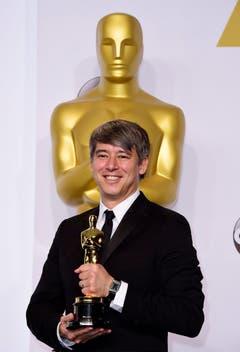 Tom Cross hält den Oscar für den besten Filmschnitt («Whiplash»). (Bild: Keystone / Paul Buck)