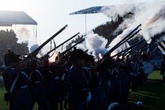Grosse Töne: Die Garde feuert eine Salve ab. (Bild: Keystone / Peter Schnneider)