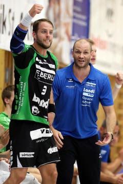 Daniel Fellmann (links) jubelt nach einem Tor, rechts Trainer Heiko Grimm. (Bild: Philipp Schmidli)