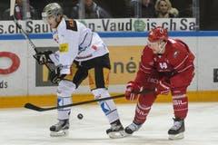 Der Zuger Simon Lüthi (links) kämpft um den Puck gegen Nicklas Danielsson vom HC Lausanne. (Bild: Keystone / Jean-Christophe Bott)