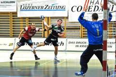 Pascal Willisch, mit 10 Treffern der beste Krienser, wird zurückgehalten. (Bild: Remo Nägeli / Neue LZ)