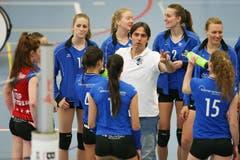 Luzerns Trainer Denis Milanez erklärt den Spielerinnen seine Taktik. (Bild: Philipp Schmidli)