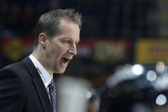 Berns Trainer Antti Toermaenen gibt Anweisungen.