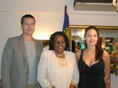 Das Paar posiert mit der namibischen First Lady Penehupifo Pohamba. (Bild: Keystone)