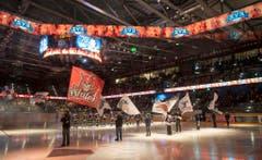 Einlauf der beiden Teams, erstmals mit den neuen LED-Banden im Stadion. (Bild: Keystone)