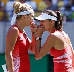 Timea Bacsinszky (links) und Martina Hingis sprechen sich ab. (Bild: AP Photo/Charles Krupa)