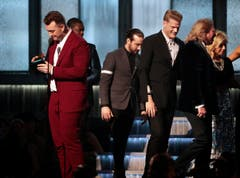 Sam Smith mit dem Grammy für Best New Artist. (Bild: Keystone)
