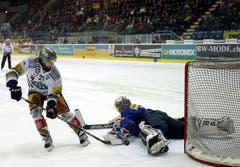 Der Zuger Stürmer Josh Holden scheitert mit seinem Penalty an Kloten Flyers Goalie Ronnie Rüeger.