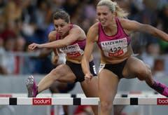 Die Schweizerin Clelia Reuse (links) und Cindy Roleder aus Deutschland beim 100m Hürdenrennen. (Bild: Keystone)