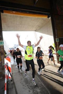 Der Lauf durch den Tunnel der Zentralbahn ist offensichtlich ein Highlight der fünften Austragung des Lucerne Marathons. (Bild: Eveline Beerkicher/Neue LZ)