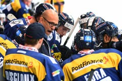 Ambri-Trainer Hans Kossmann nimmt ein Timeout. (Bild: Keystone / Gabriele Putzu)