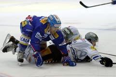 Kloten Flyers Stuermer Janick Steinmann, von links, gegen EV Zug Stuermer Bjoern Christen und Alessio Bertaggia. (Bild: Keystone)