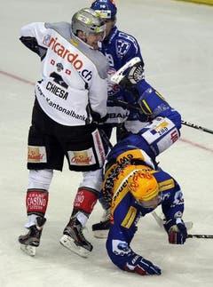 Der Zuger Alessandro Chiesa (links) lässt den Zürcher Patrik Bärtschi über die «Klinge» springen. (Bild: Steffen Schmidt/Keystone)