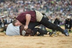 Christian Stucki ,oben, schwingt gegen Raphael Zwyssig. (Bild: Keystone)