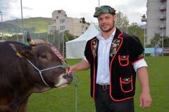 Martin Zimmermann mit dem Siegermuni. (Bild: PD)