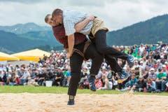 Der Berner Christian Stucki, links, besiegt den Innerschweizer Hansjoerg Gloggner. (Bild: kEYSTONE / ALESSANDRO DELLA VALLE)