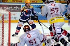 Der Zuger Glen Metropolit gegen Goalie Tobias Stephan und Goran Bezina von Genf Servette. (Bild: Keystone)