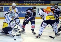 Die Ambri-Spieler Nolan Schaefer, Patrick Sidler und Maxim Noreau (von links) wehren sich gegen die Zuger Fabian Lüthi und Patrick Oppliger (Bild: Keystone)