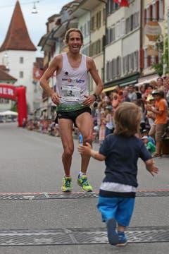 Philippe Linder wird im Ziel von seinem Sohn erwartet. (Bild: Philipp Schmidli)