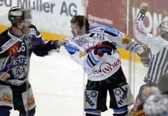 Tino Helbling knüpft sich Christian Dube vor.