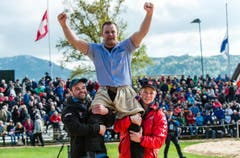 Festsieger Christian Schuler lässt sich feiern. (Bild: Roger Grütter / Neue LZ)