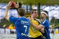 Die Krienser Daniel Schmid (links) und Bojan Beljanski versuchen Martin Engeler zu stoppen. (Bild: Keystone)